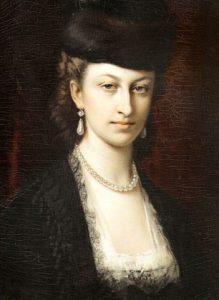 Portret olejny kobiety ubranej wkoronkową białą suknię ikoronkowy czarny żakiet. Wuszach perłowe koczyki, anagłowie futrzana czapka